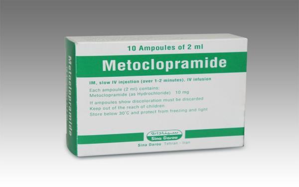 متوکلوپرامید چیست؟  متوکلوپرامید (Metoclopramide) از داروهای ضدتهوع است که به منظور رفع حالت تهوع ناشی از جراحی، شیمی درمانی، رفلاکس، سردرد، سکسکه و... مورد استفاده قرار میگیرد. این دارو از بازگشت اسید معده به مری جلوگیری کرده و با کمک به تسریع حرکت غذا در دستگاه گوارش، تهوع را برطرف مینماید. نام دیگر این دارو پلازیل (Plasil) میباشد و بدون نسخه پزشک میتوان آن را از داروخانه تهیه کرد. قرص متوکلوپرامید برای درمان سکسکه هم بکار میرود و به صورت قرص، قطره و آمپول در دسترس میباشد.