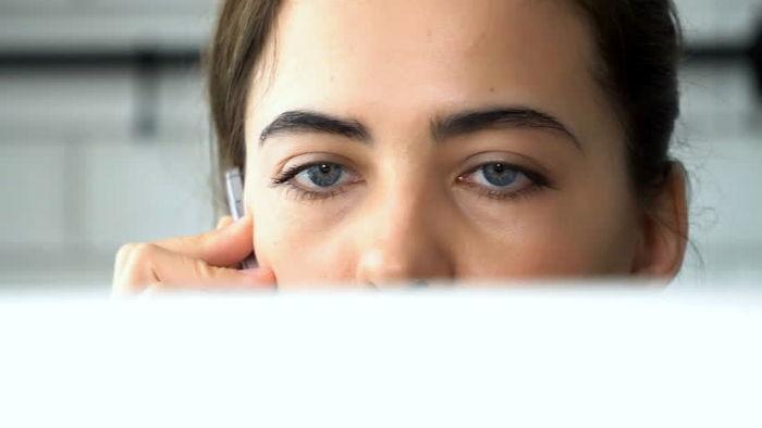 خستگی چشمانمان را  هنگام کار با رایانه چگونه برطرف کنیم؟