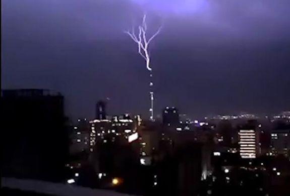 لحظه دلهره آور از برخورد رعدوبرق به برج آزادی + ویدئو