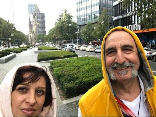 تیپ متفاوت فرهاد آئیش و همسرش در خارج از کشور