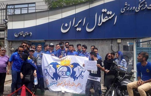 جزئیات تجمع اعتراضی استقلالی ها و شعار علیه فتحی