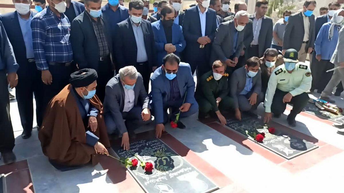 ادای احترام وزیر صمت به مقام شامخ شهدای ایدنک