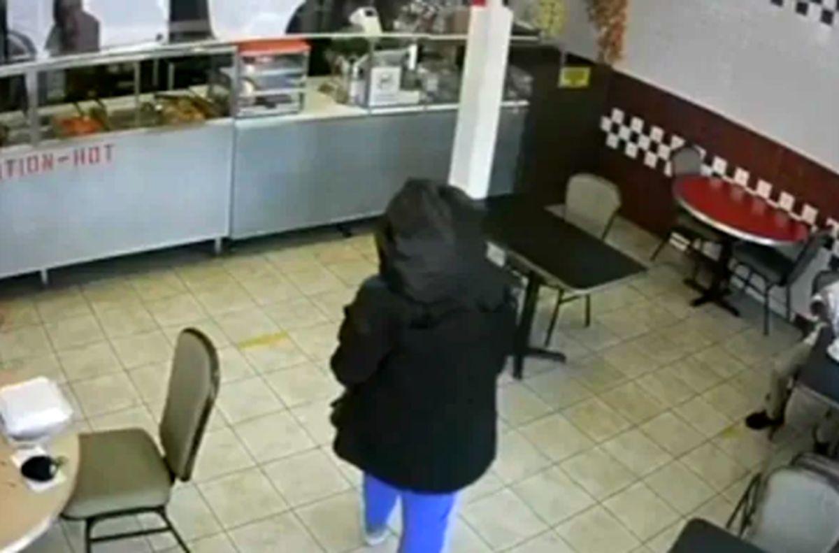 مادر 14 ساله نوزادش را با بند ناف در رستوران رها کرد!