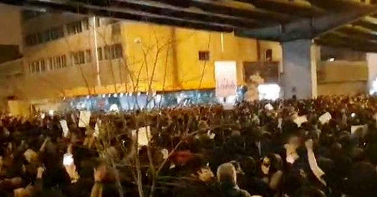 تجمع دانشجویی که به شعارهای تند و پاره کردن عکس حاج قاسم انجامید