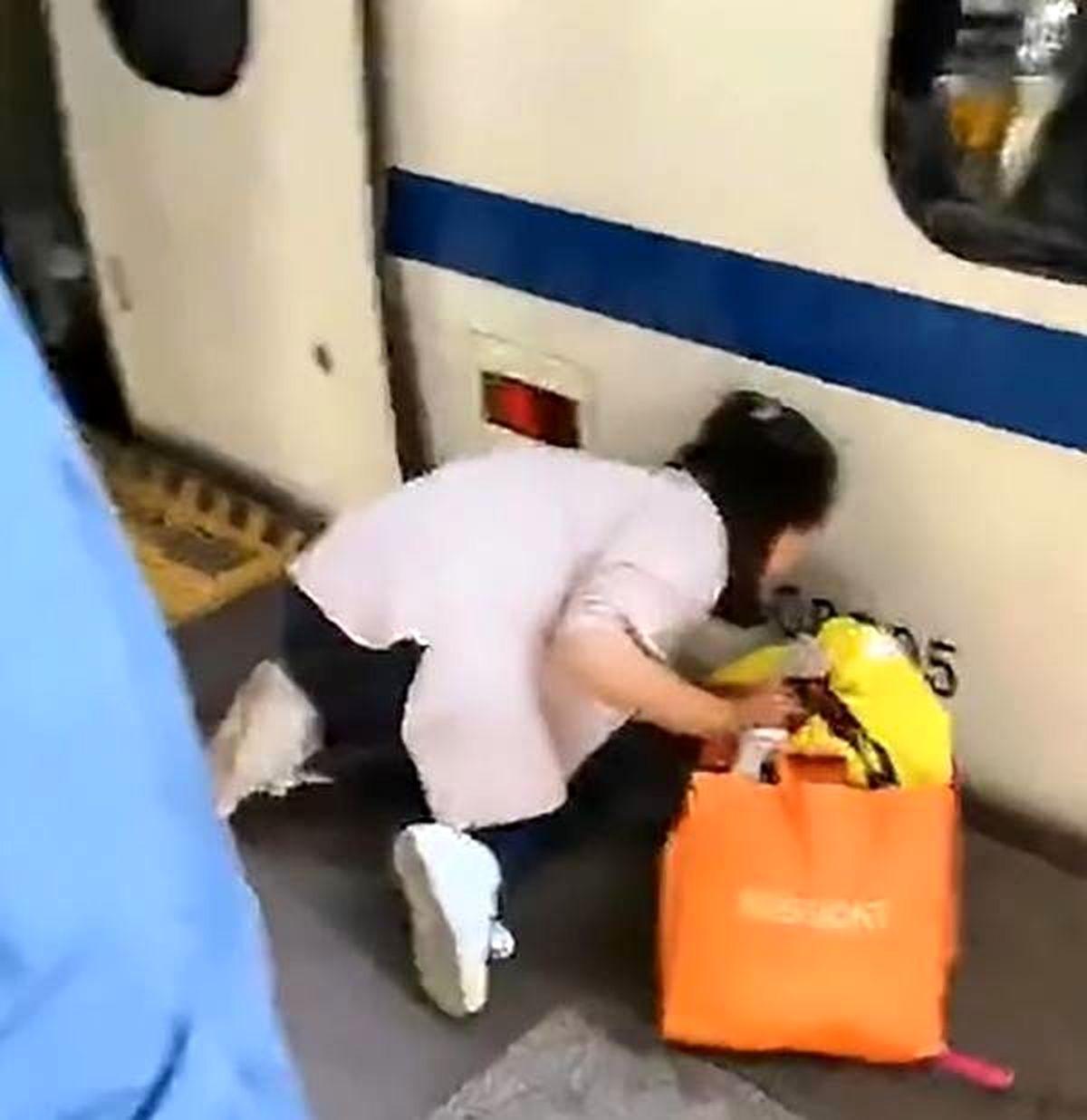 افتادن کودک روی ریل مترو به خاطر موبایل بازی مادر + عکس