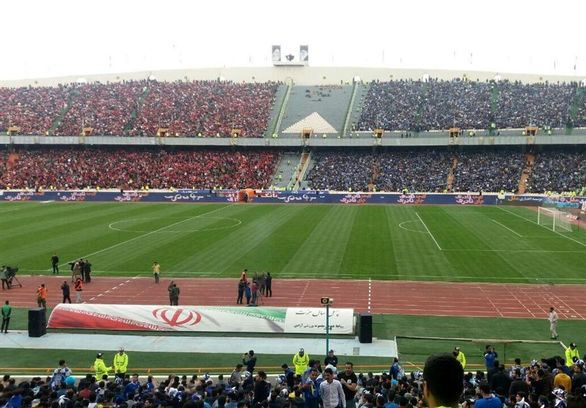 شعار هواداران علیه عادل فردوسی پور در ورزشگاه