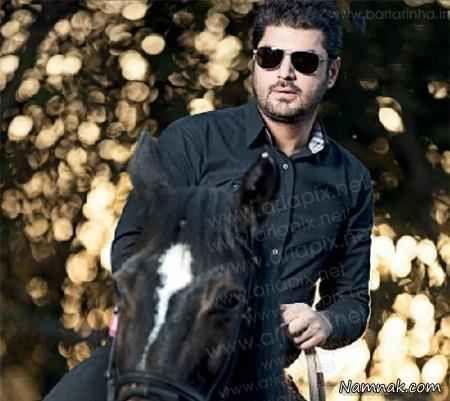 سام درخشانی در حال اسب سواری