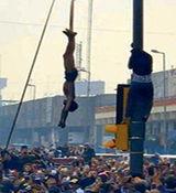 ماجرای آویزان کردن جوان عراقی از تیر چراغ برق چه بود؟ + فیلم