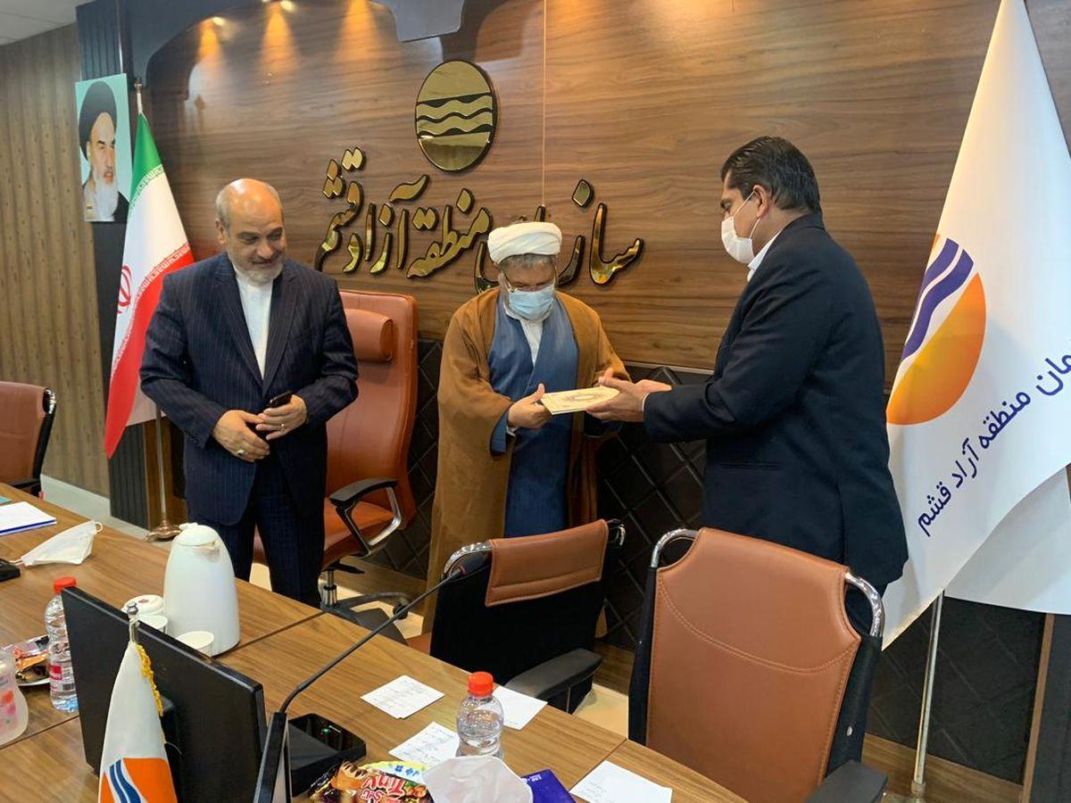 اهداء لوح تقدیر از سوی مدیرعامل سازمان منطقه آزاد قشم به حسین رفیعی