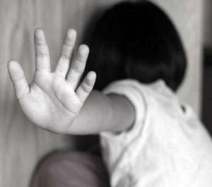 تجاوز وحشتناک پدر شیطان صفت به دختربیمارش جلوی دوربین + فیلم