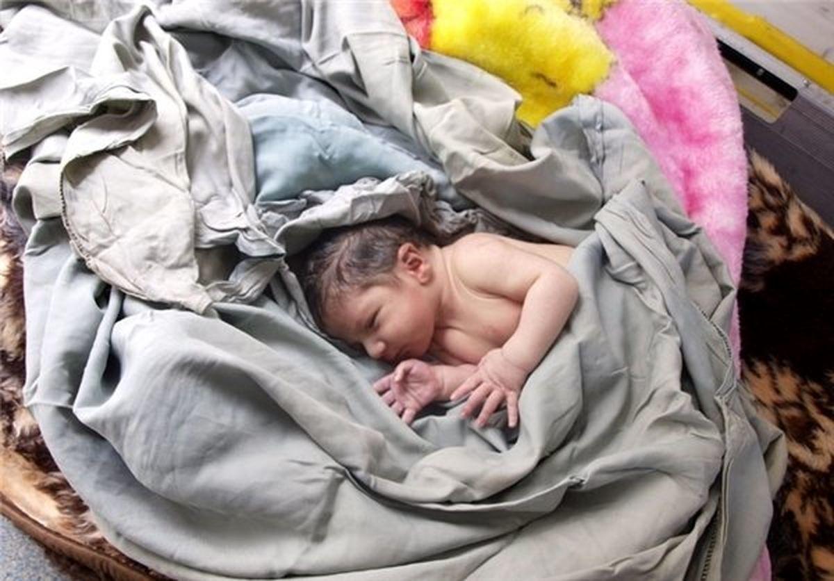 فیلم غم انگیز از کودک رهاشده در کنار سطل آشغال + ویدئو