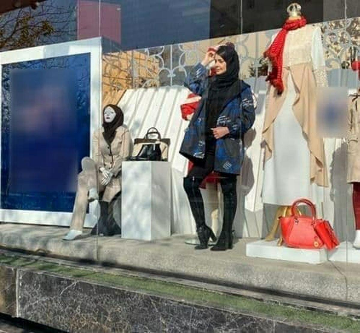 دختر مانکن در ویترین یک مغازه در مشهد غوغا به پاکرد + عکس