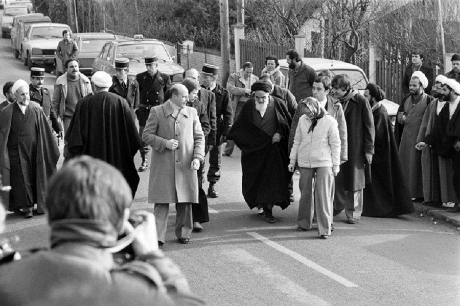 هدیه دختران نوفللوشاتو به امام خمینی / روایت مهماندار هواپیمای ایرفرانس از آرامش امام
