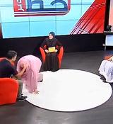 بوسیدن پای شوهر در برنامه زنده تلویزیونی جنجال ساز شد + فیلم